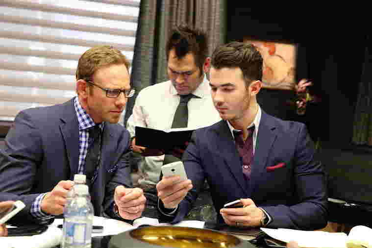 Kevin Jonas, Ian Ziering and Johnny Damon working together on Team Vortex during Celebrity Apprentice season 14, 2015.