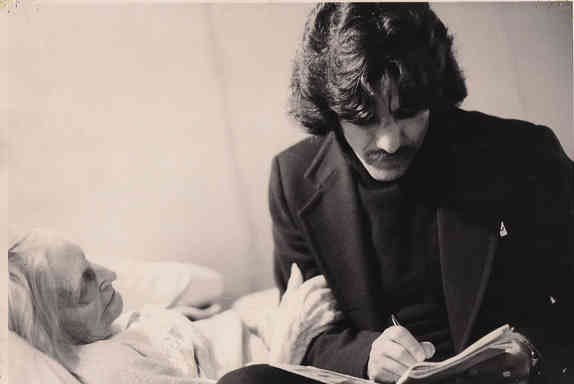 Geraldo reads to an elderly woman in the 1970s