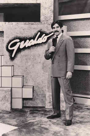 Geraldo with mic in hand, on set of the Geraldo show
