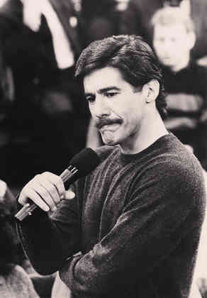 Geraldo with mic in hand during an episode of the Geraldo show