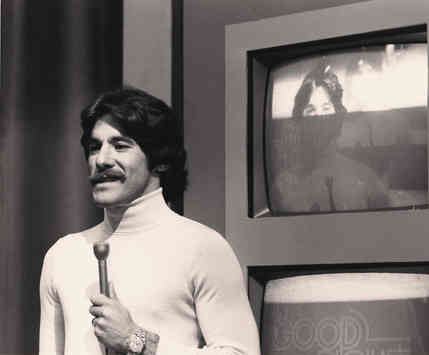 Geraldo with mic during an episode of the Geraldo show