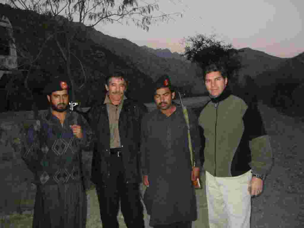 Geraldo and field correspondent Craig Rivera, his brother, pose with local troops