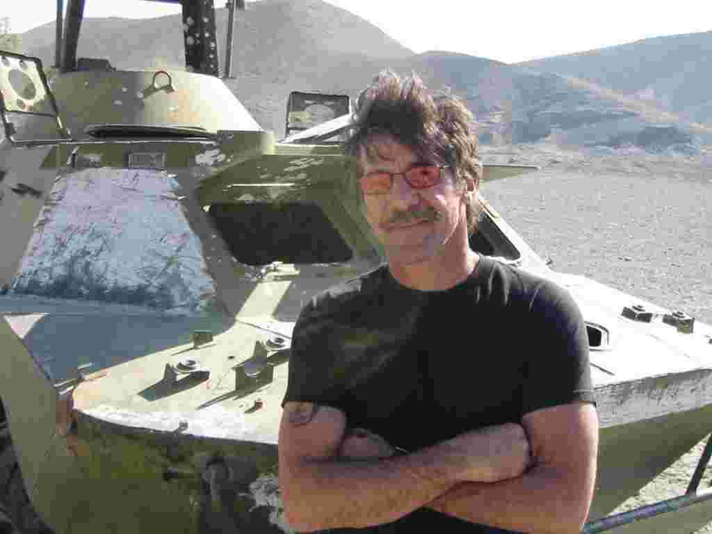 Geraldo in front a armored vehicle