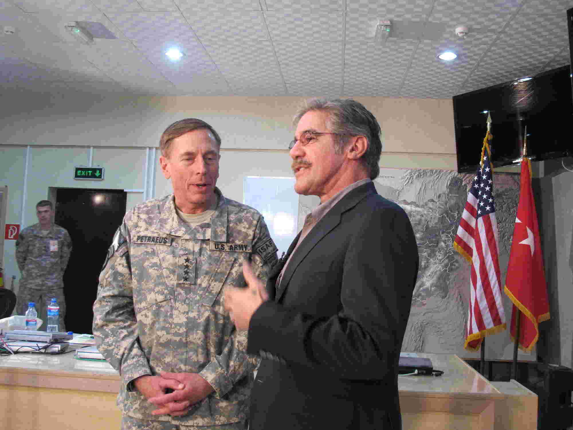 Geraldo stands with General David Petraeus
