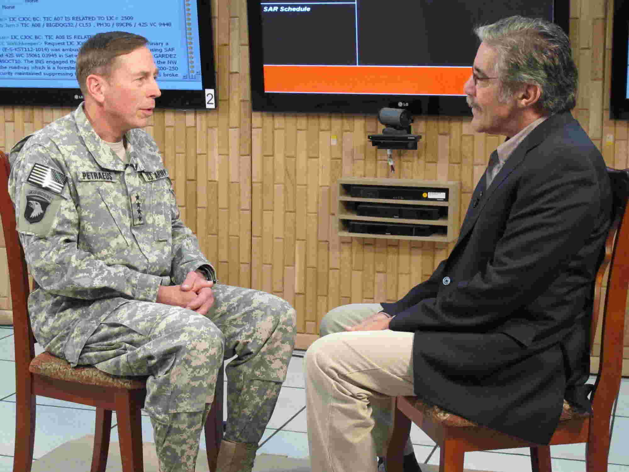 Geraldo questions General David Petraeus in headquarters