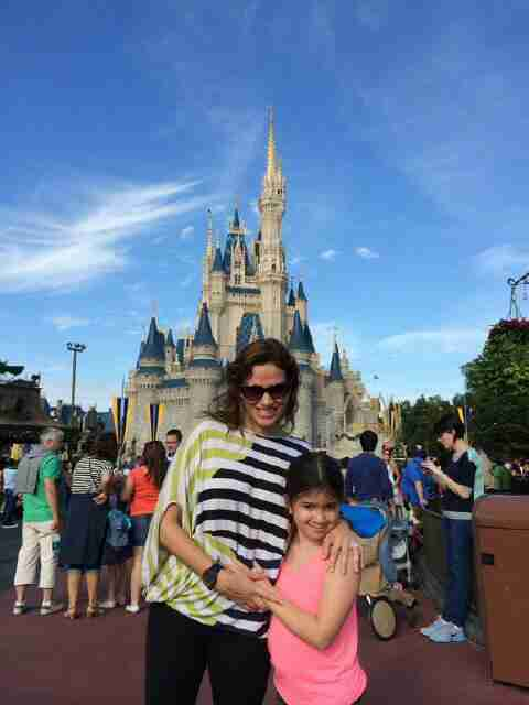Geraldo's wife Erica and daughter Sol at Disney