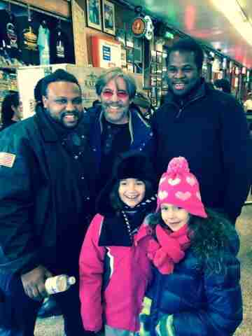Geraldo poses with fans with daughter Sol and her friend.