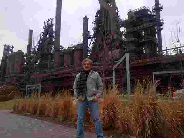 Geraldo in front of a steel mill in Bethlehem, Pennsylvania shortly before a job fair put on by 77 WABC.