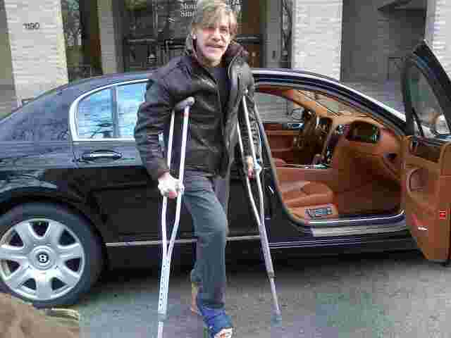 Geraldo on crutches after a foot operation.